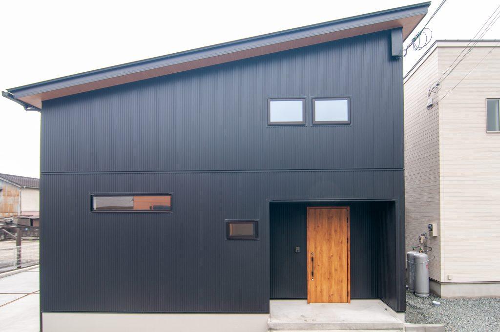 【たつの市 注文住宅 28坪】<br>高さを抑えつつ空間を広く使うシックなお家