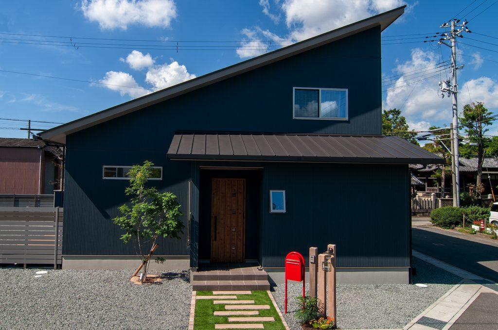 【姫路市 注文住宅 32坪】<br>回遊キッチンが中心の広々リビング 半分平屋住宅